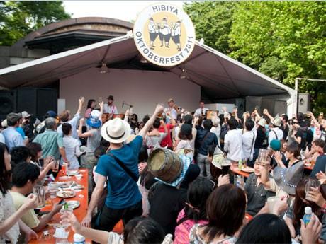 ビールやソーセージなどを提供する飲食ブースんほか、東北地方のB級グルメも提供する。写真=5月に開催された「日比谷オクトーバーフェスト 2011」の様子