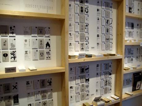47人のデザイナーがデザインしたカルタが一面に並ぶ