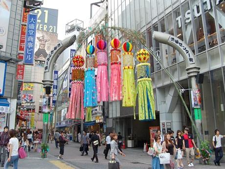 センター街入口には仙台で手作りされた「くす玉」と「吹流し」6個が飾られている