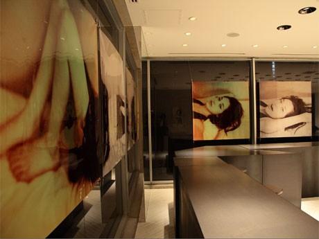 店内ではモデルで女優の水原希子さんを撮影した写真12枚を展示する