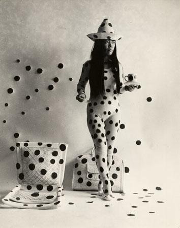 パフォーマンス「水玉による自己消滅」(1968年、photo by Hal Reiff)© YAYOI KUSAMA