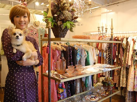 1930年~1980年代を中心とした服やジュエリーなどをそろえる「スリーペタルズ」。写真はオーナーでバイヤーの原美由紀さんと看板犬のもも