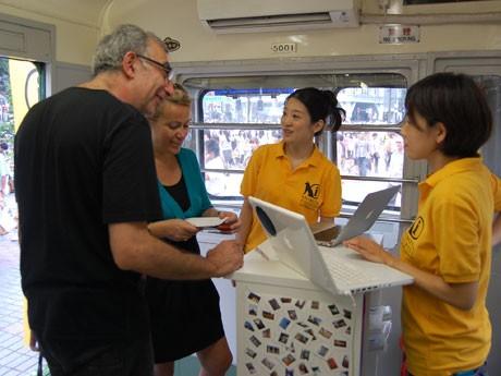 たこ焼き店など日本独自の業態や「英語の歌が歌える」カラオケ店の場所など幅広い相談が寄せられている