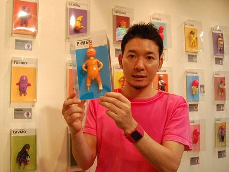 明太子のキャラクター「めんた君」など新作70点を展示・販売。写真はフィギュアイラストレーターのデハラユキノリさん