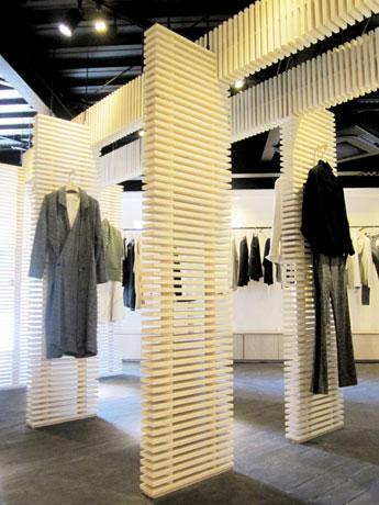 列柱のように両端に並んでいる白木の横格子の自立する小さな壁が特徴の店内