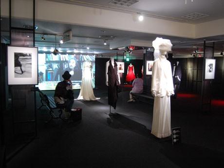 パリコレ衣装展示などのほか英「ヴィクトリア・アンド・アルバート博物館」で紹介されていた映像も流す