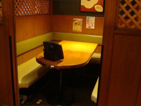 テーブル席や座敷、個室など200席を用意する居酒屋「甘太郎」。タッチパネル式メニューボードに使用している電源を使用できる。