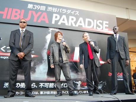 「琉球トム・クルーズ」こと俳優でタレントの村山靖さん(左から2番目)はSPと共に登場