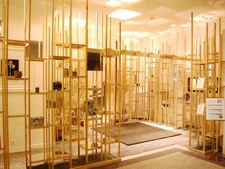 竹林をイメージした茶室空間「輝洸庵(きこうあん)」には若手を中心とした作家たちの茶道具を展示している