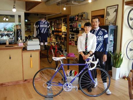 ロードバイクレーサーである吉田秀夫さん(右)と妻のナツキさん(左)