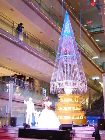 クリスマスツリーの前で点灯式ライブを行ったCrystal Kayさん
