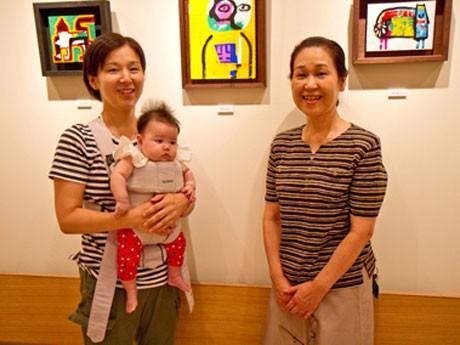 砂見眞紀さん(右)と大畠菜緒さん(左)母娘。壁面のアートは画家・遠山敦さんの作品©Emi Yamaguchi