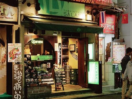 都内10エリア、参加店舗は約120店舗以上。写真は参加店の1つ「立ち呑み屋 サラサ」