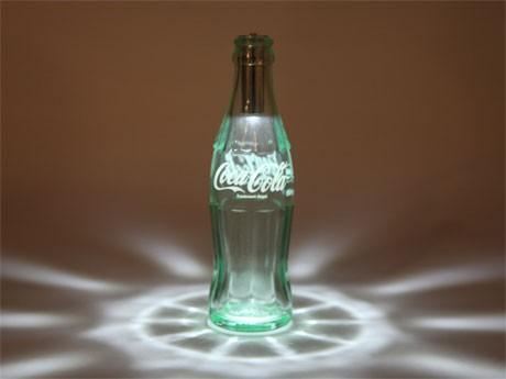 コンツアーボトルをリサイクルしたLEDライト「コカ・コーラ ボトルライト」(2万8,000円)