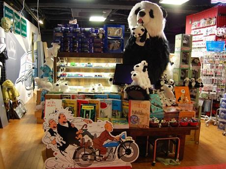 大倉店長らが「ハチ公」と呼んでいる巨大なパンダのぬいぐるみ(約160センチ、約25万円)が来店客を出迎える