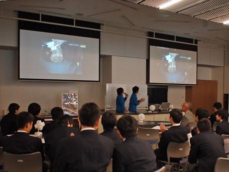 無事地球に帰還しソユーズから降りてきた古川聡さんの様子を見守る鉢山中学校の生徒ら