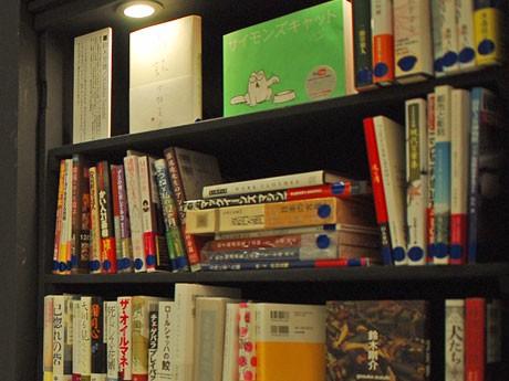 編集者・鈴木芳雄さんが「売りたい本」として出品した60冊以上の書籍が並ぶ一角