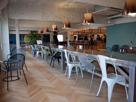 ショップ、オフィス、アパートが一つになった「THE SHARE」。写真は6階ラウンジスペース