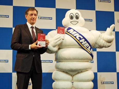 日本ミシュランタイヤ(千代田区)ベルナール・デルマス社長(写真左)らによって「星付き」レストランが発表された