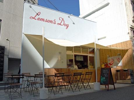 淡いブルーの壁面に茶色のテーブルや椅子などを配置し「おしゃれなリゾート」カラーに仕上げた店舗