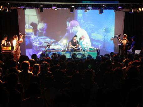 小室哲哉さんや菊地成孔さん、アイドルユニット「でんぱ組.inc」などが参加しトークやライブを行う(写真は昨年の様子)