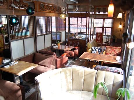 全席ソファ席の店内は「お父さんの書斎」「古い洋館の応接室」など異なるコンセプトの席を展開している