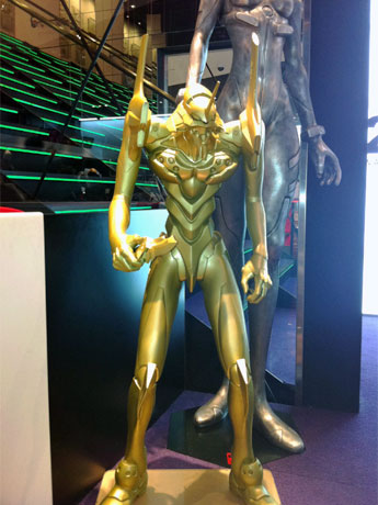 年末年始期間中、店頭に展示する「ゴールド初号機」