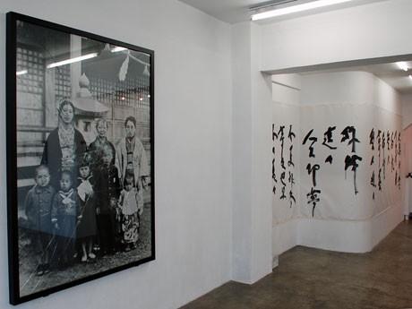 広島で原爆にあった親族の写真を使った作品などを展示する