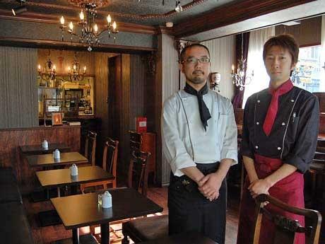 左からコーヒー担当の蒔田宇瑠彦さん、スイーツ担当の豊田康寛さん