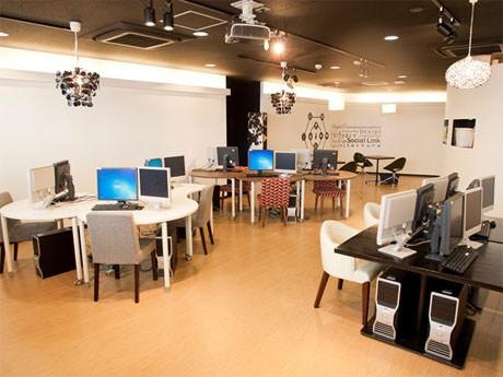 校内は間接照明を取り付けるほかハイチェアやソファ席などを用意。写真はトレーニングルーム
