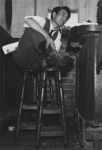 銀座のバー「ルパン」で撮影された太宰治。右手にたばこを持っている©林忠彦作品研究室