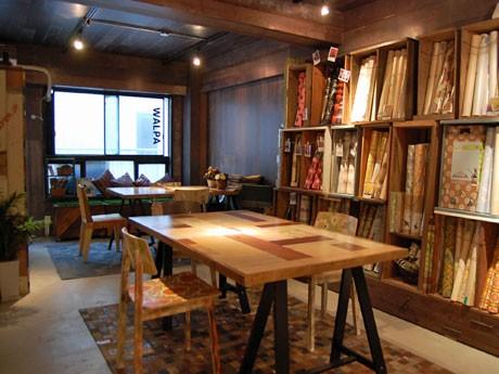 壁面を始め天井やテーブル、什器なども商品である壁紙でリメークした店内