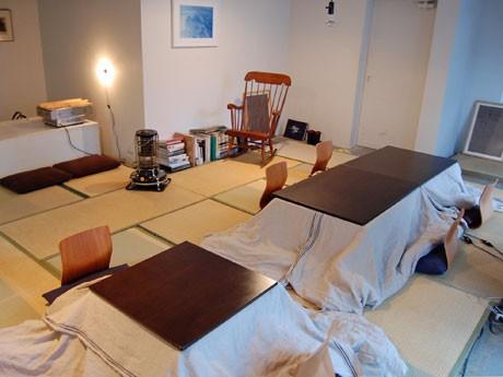 畳を敷き、こたつを配した空間で、おでんや熱燗を提供する