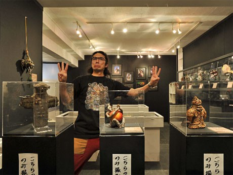 片桐仁さん(=写真)が手掛けた粘土作品67点が並ぶ場内。写真:大坪尚人