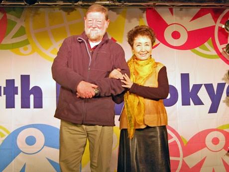 (写真左から)開催に向け会見を行ったアースデイ東京2012実行委員長のC.W.ニコルさんと歌手の加藤登紀子さん