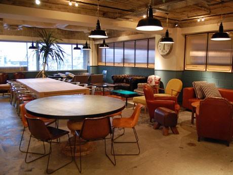 異なる種類の椅子・テーブルを配するほかライブラリーを用意する共用部のロビーラウンジ