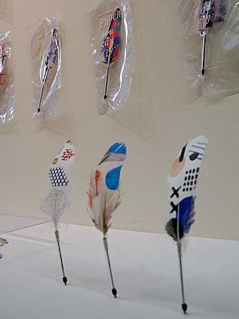 デザインユニットminnaとクリエーティブチームTYMOTEが手掛けた羽根に絵柄をプリントした羽根ペン「Phoenix」(1,890円)