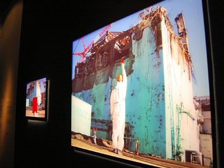 震災1か月後、「警戒区域」の福島第一原発3号機前で「FAIR PLAY PLEASE」と書かれたサッカーのレッドカードを掲げるチン↑ポム