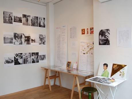 自著「表参道のヤッコさん」に登場する言葉や高橋さん自身が撮影した60~70年代の写真などを展示する