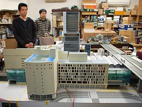 東急東横店西館・南館側から見たジオラマの風景。後方に立つのはジオラマ製作のスタッフ