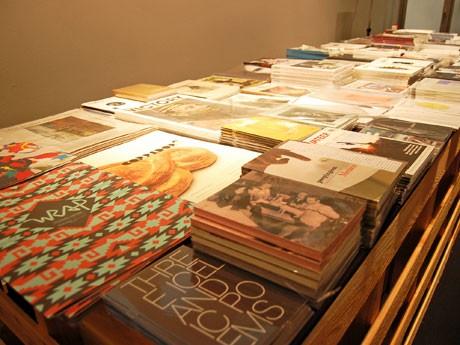 場内では1000タイトル以上のプリントメディアを展示・販売する
