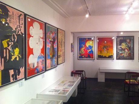 多くのアーティストたちが手掛けたポスターや公演のチラシなどが並ぶ場内