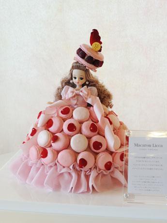店内に展示されているマカロンをイメージしてデザインしたドレスを着た「Macaron Licca」
