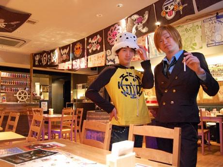 スタッフはトラファルガー・ロー(左)やサンジ(右)などキャラクターのコスプレ姿でサービスを行う