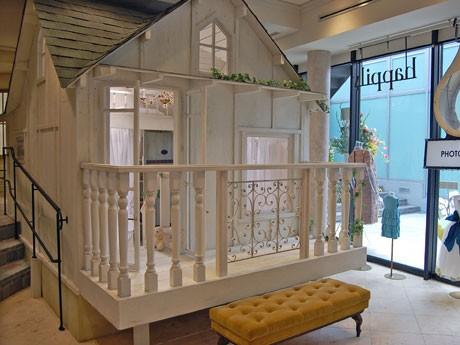 ウッドデッキの付いたエントランス、天蓋付きのベッドなど白を基調にした空間