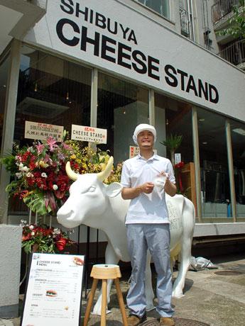 店頭には牛のオブジェを置いている。写真はオーナーの藤川真至さん