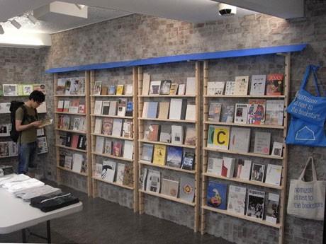 運営メンバーそれぞれの「オススメnomazon本」合わせて90冊ほどを展示する店内。写真提供=トーキョー カルチャートバイ ビームス