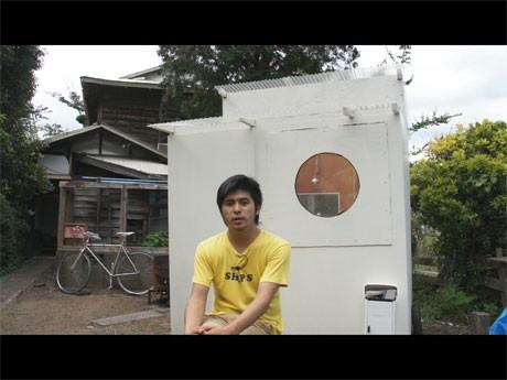 映画「モバイルハウスのつくりかた」より。建築家・坂口恭平さんと移動式の家「モバイルハウス」