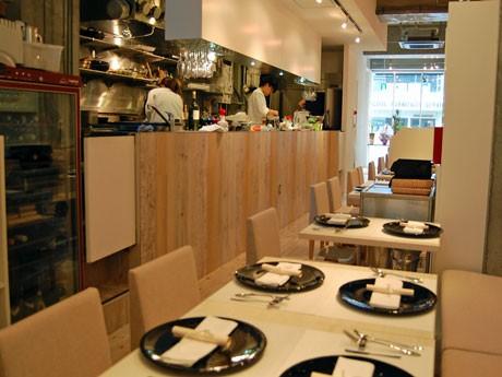 白を基調に淡い色の木目のテーブルを配するなど女性を意識した店内