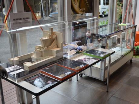 庵野さんが手掛けた実写作品の立体物や、エヴァンゲリオンで使った作画参考用の模型など実物を展示する1階展示スペース